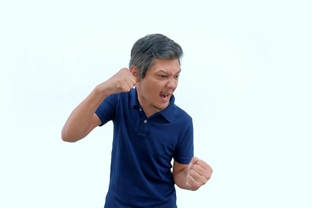 Hombre asiático enojado apretó el puño