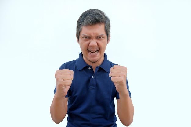 Hombre asiático enojado mirando a cámara