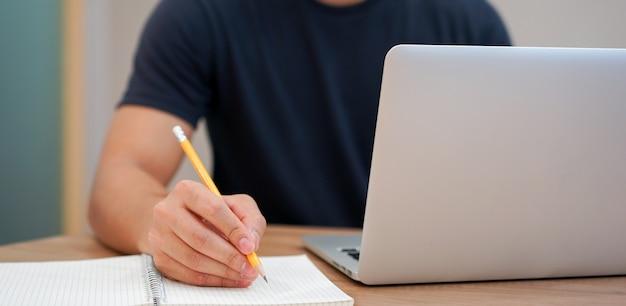 Hombre asiático escribiendo algo de contenido de estilo de vida