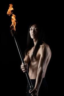 Hombre asiático con espectáculo de fuego