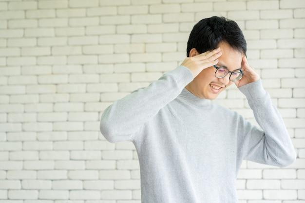 Hombre asiático estrés dolor de cabeza y estrés