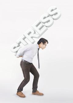 Hombre asiático estresado llevando sobre su espalda hombros gran estrés de texto