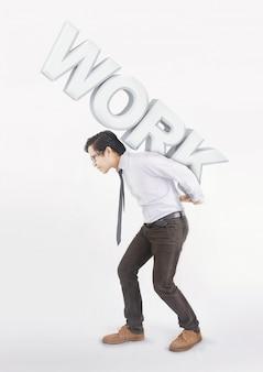 Hombre asiático estresado llevando sobre sus espaldas trabajo de texto grande
