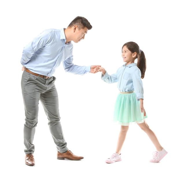 Hombre asiático feliz bailando con su pequeña hija