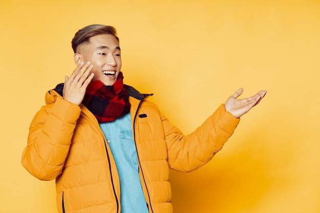 Hombre asiático feliz mirando copyspace
