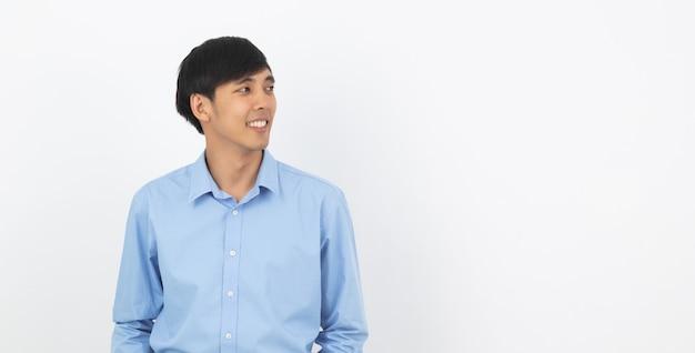 Hombre asiático hermoso joven que piensa una idea mientras que mira para arriba