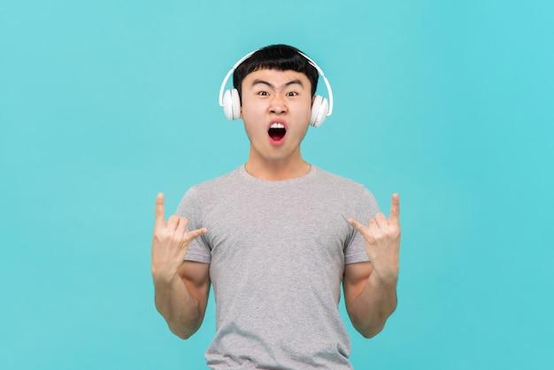 Hombre asiático, llevando, auriculares, escuchar música
