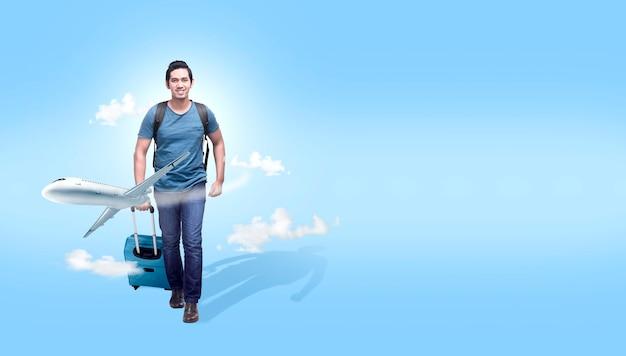 Hombre asiático con maleta y mochila va viajando con fondo de avión