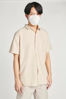Hombre asiático en una maqueta de mascarilla