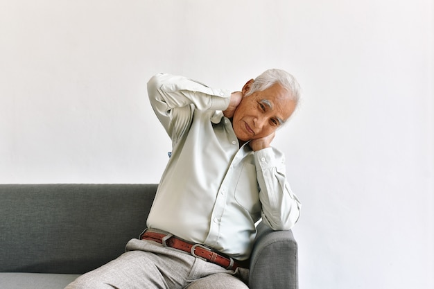 Hombre asiático mayor confuso y olvidadizo con gesto de pensamiento, enfermedad de alzheimer, problema cerebral cognitivo de la demencia en viejo pensionista, concepto mayor de la atención sanitaria.
