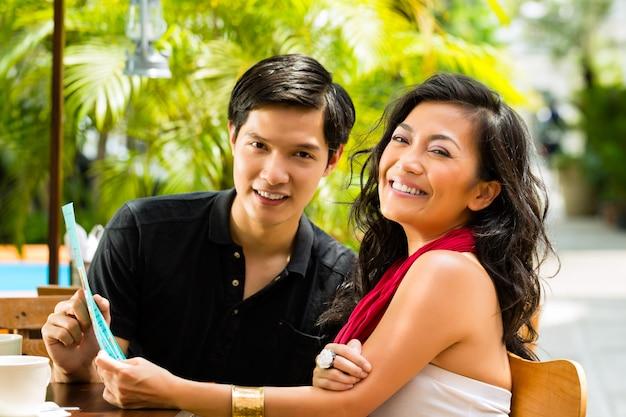 Hombre asiático y mujer en restaurante