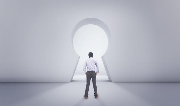 Hombre asiático de pie delante de big lock hole door