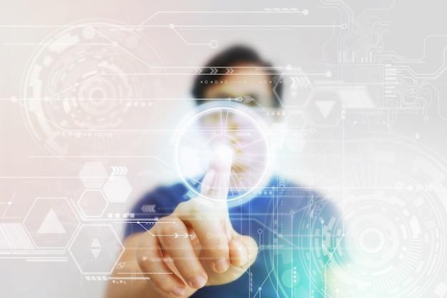 Hombre asiático presionando pantalla virtual de alta tecnología