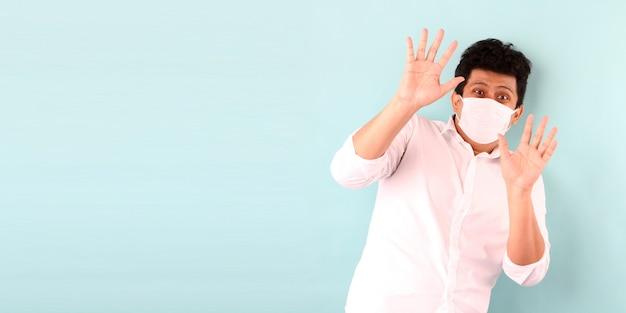 Hombre asiático que llevaba una máscara está asustado enfermo aislado