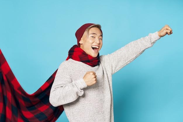 Hombre asiático en ropa de invierno cálido posando