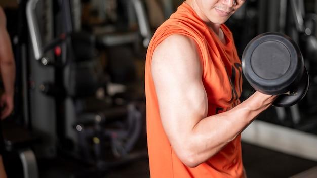 Hombre asiático está trabajando en el gimnasio