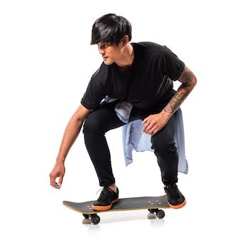 Hombre asiático urbano con skate