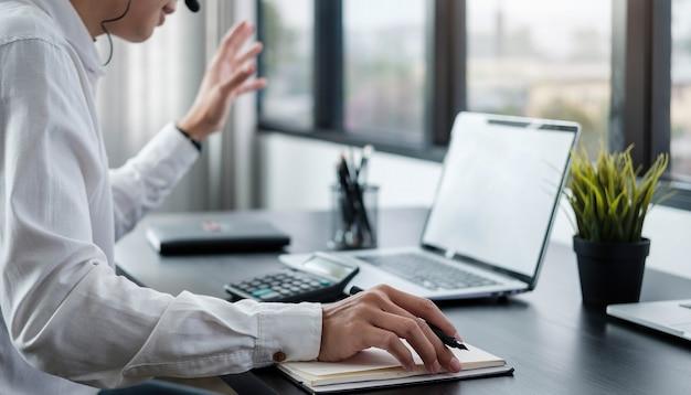 Hombre asiático usa ordenador autónomo trabajando desde casa, concepto de tecnología empresarial