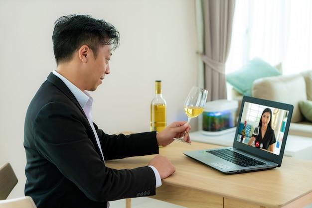 Hombre asiático virtual happy hour reunión y beber vino de uva blanca en línea juntos