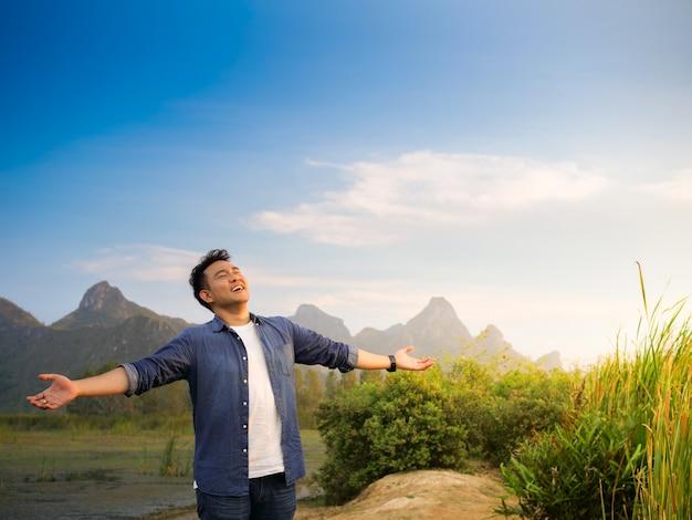 Hombre asiático en vista a la montaña