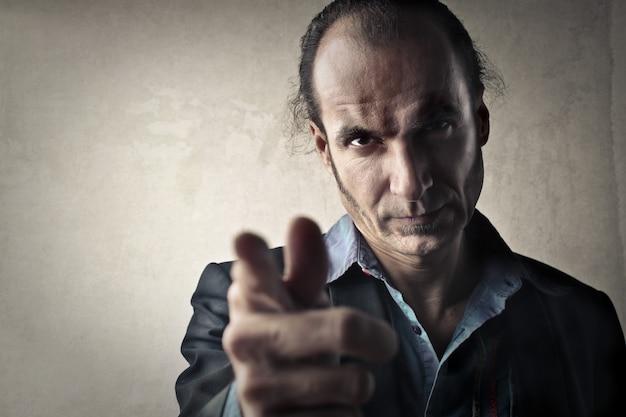 Hombre con aspecto serio y amenazador.