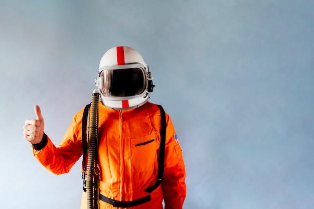 Hombre astronauta con pulgar arriba
