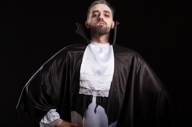 Hombre asustadizo en traje de drácula para halloween mirando confiado a la cámara. hombre malvado con disfraz de drácula. pareciendo un monstruo.