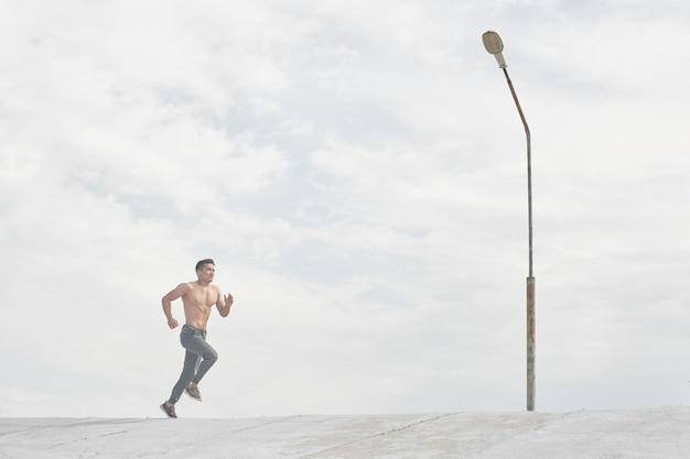 Hombre atleta asiático trotar en la mañana al aire libre