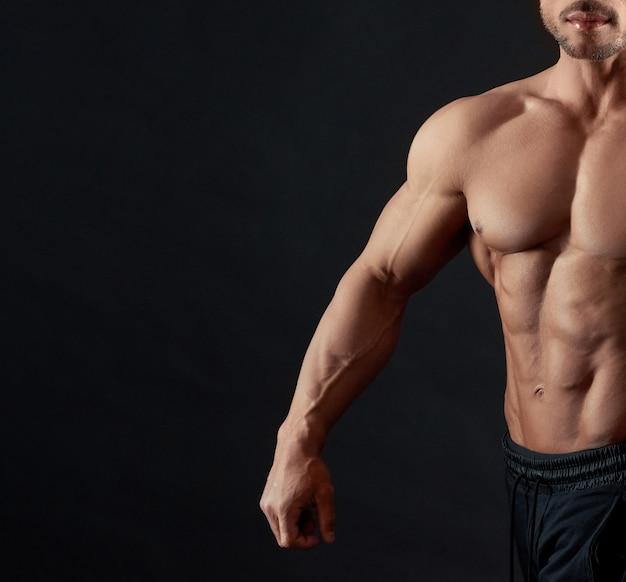 Hombre atlético musculoso posando