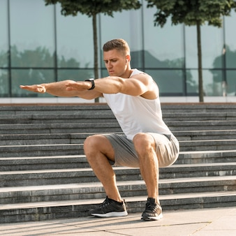 Hombre atlético que ejercita al aire libre