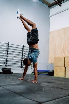 Hombre atlético trabajando en el gimnasio.