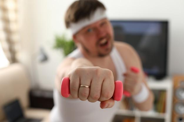 Hombre atractivo joven comprometido en fitness