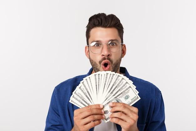 Hombre atractivo tiene dinero en efectivo en una mano, en blanco aislado