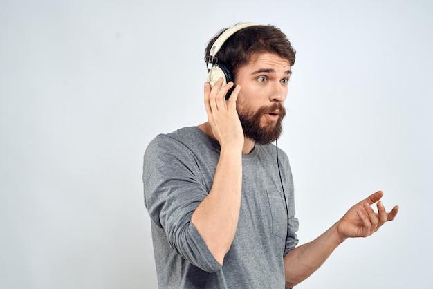 Hombre en auriculares escucha música aislada