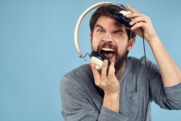 Hombre con auriculares en las manos. concepto de tecnología de emoción musical