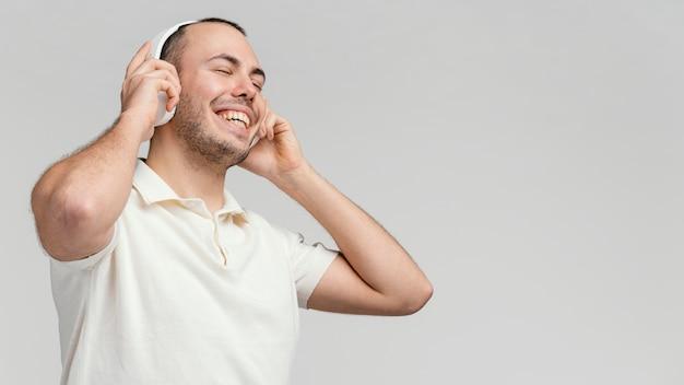 Hombre con auriculares riendo