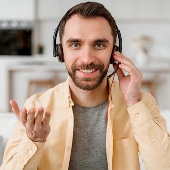 Hombre con auriculares para videollamada