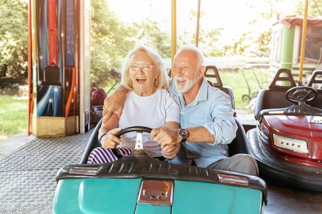 Hombre ayudando a la mujer a conducir un automóvil