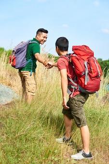 Hombre ayudando a su amigo