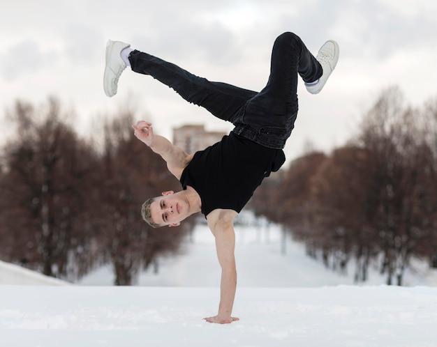 Hombre bailando afuera