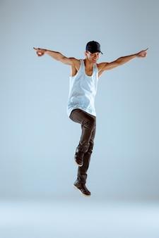 El hombre bailando coreografía de hip hop