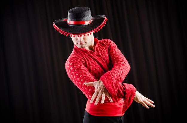 Hombre bailando danza española en ropa roja