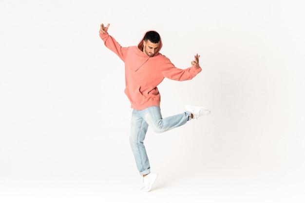 Hombre bailando estilo de baile callejero sobre blanco aislado