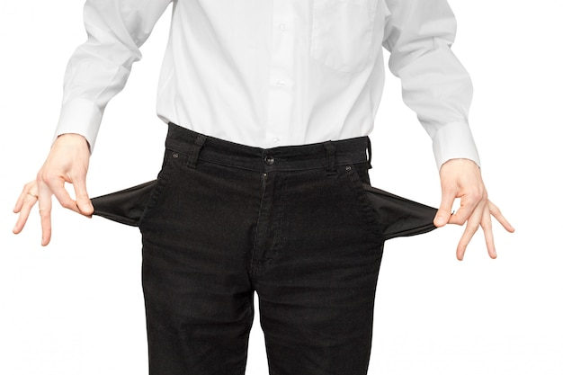 Hombre en bancarrota muestra bolsillos vacíos
