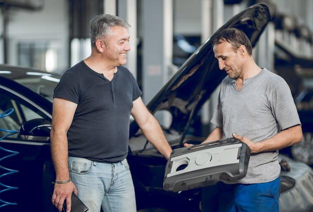 Un hombre de banco y el dueño del auto haciendo un trato