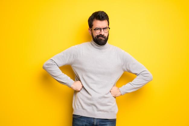 Hombre con barba y cuello alto enojado