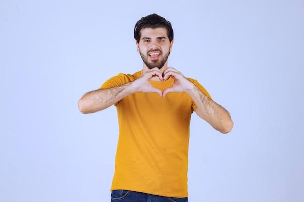 Hombre con barba enviando amor y energía positiva.