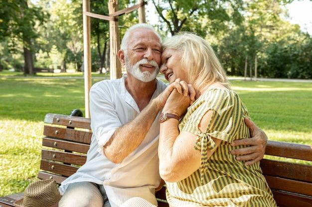 Hombre con barba excitado abrazando a una mujer