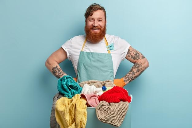 Hombre con barba pelirroja lavando ropa