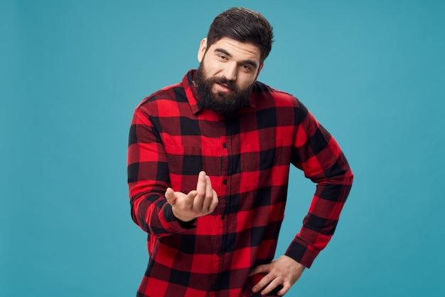 Hombre con barba posando